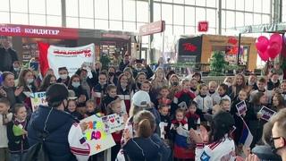 ВоВладивостоке приземлился самолет сроссийскими фигуристами, одержавшими историческую победу вОсаке. Новости. Первый канал