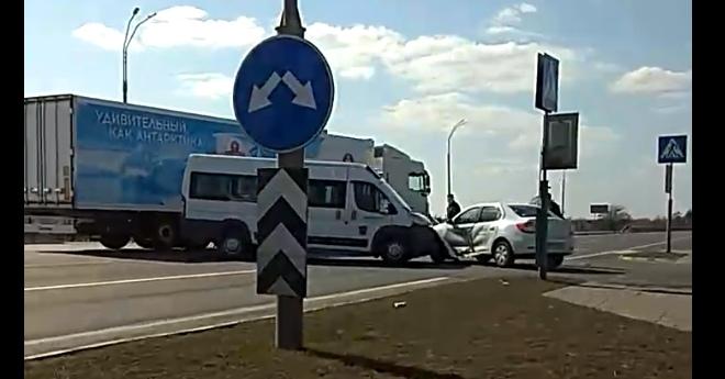 На перекрёстке у д. Клейники столкнулись маршрутка и автомобиль