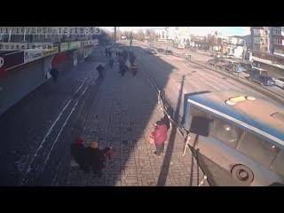 Автобус аккуратно смял забор на проспекте Мира в Липецке