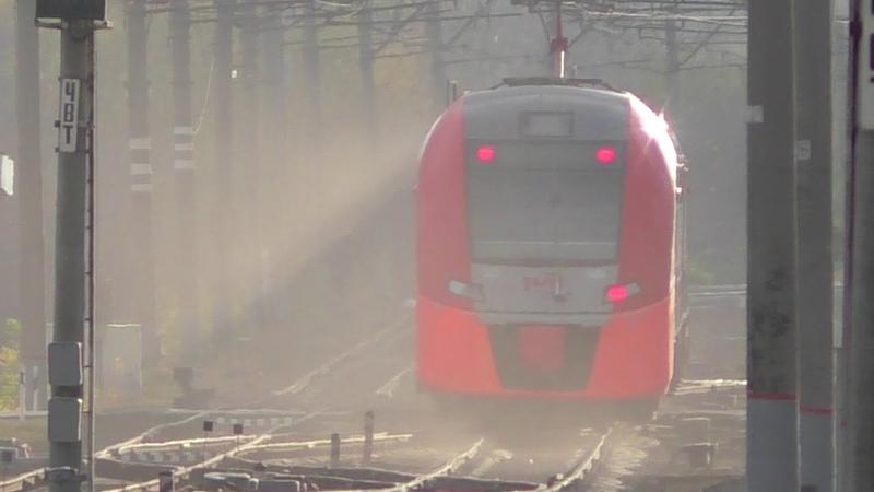 Скоростной электропоезд Ласточка пролетает через Батайск