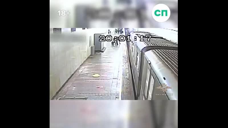 Полицейский в последний момент спас парня упавшего на пути в метро
