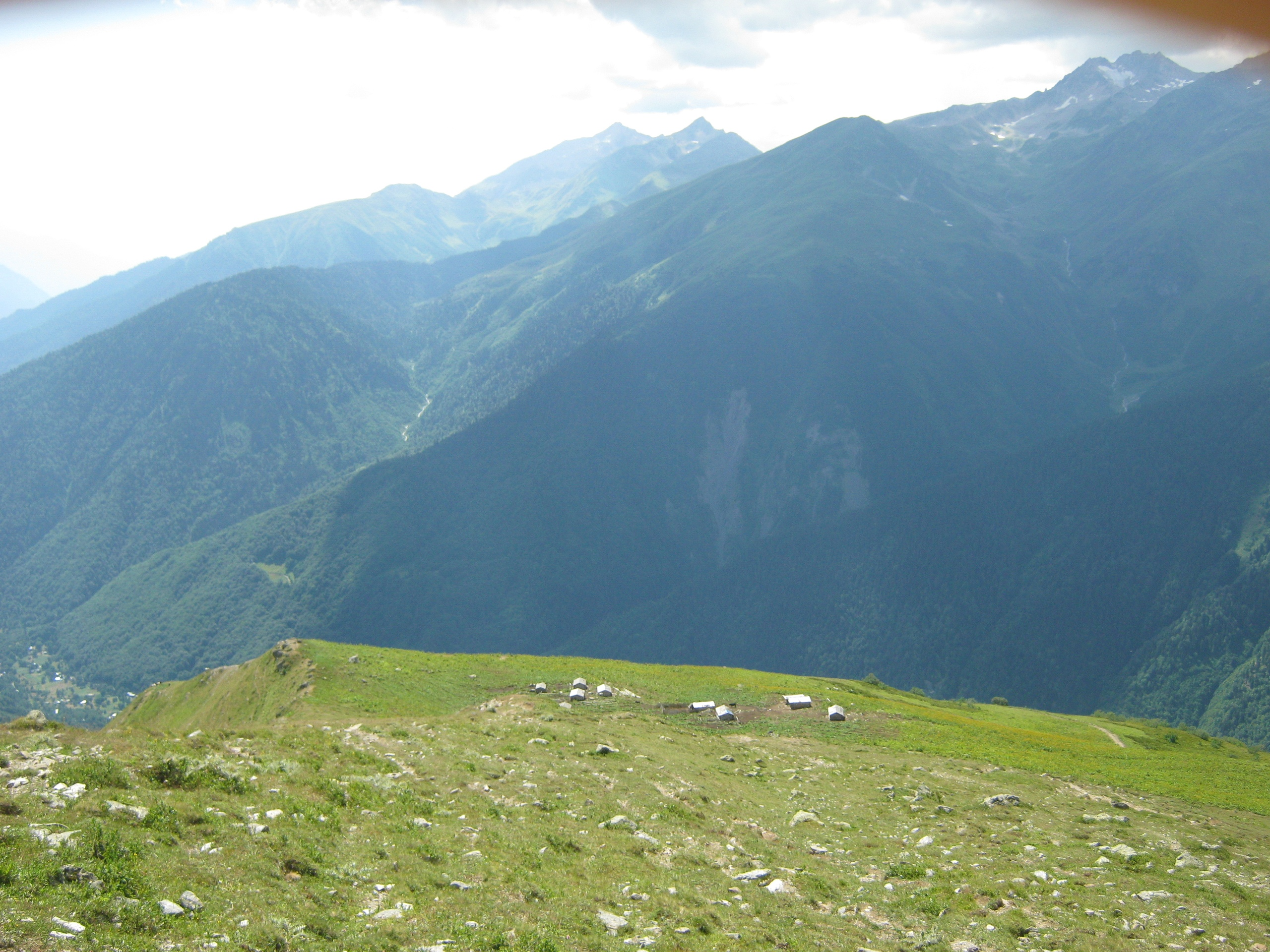 В горах Верхней Сванетии скопление пастушеских хижин