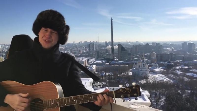 В Екатеринбурге музыкант поет под гитару на фоне падающей башни