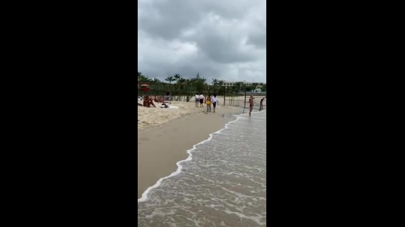 Дикий пляж во время игр нудисты повсюду