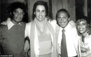 Майкл с Дэвидом Гестом (в центре) и друзьями, начало 1980-х