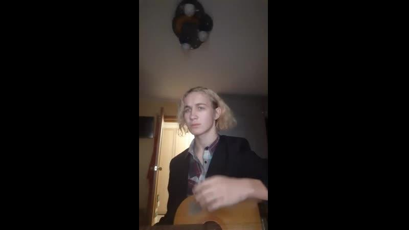 андрэ очень агрессивно и криво хуячит Цоя на гитаре