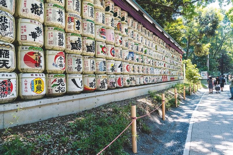 Бочки саке у входа в храм Мэйдзи – подарки крупных компаний, которые таким образом надеются снискать милость богов.
