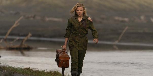 Хлоя Грейс Морец на первых кадрах военного хоррора «Тень в облаках» Женщина-пилот времен Второй мировой получила задание доставить сверхсекретные документы. Во время полета героиня понимает, что