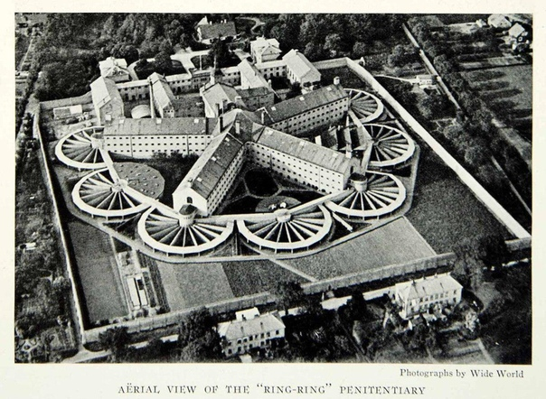 Вризлезелилле датская тюрьма. Она построенная в 1859 по так называемой Филадельфийской системе, когда все заключенные содержались в полной изоляции в отдельных камерах, выходили из них только в