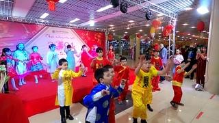 Ханой 3  Праздник Тет Детские танцы Hanoi Holiday Dance Hà Nội khách sạn Holiday Thư pháp khiêu vũ