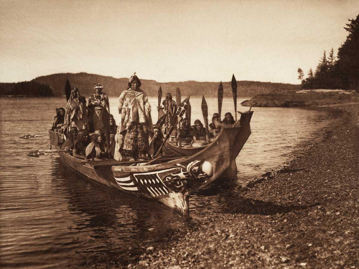 Индейцы из племени квакиутл прибыли на свадьбу в каноэ, 1914 год.  Фотограф: Edward Curtis.