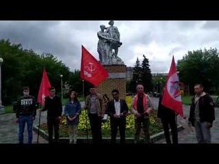 Кандидат в ГД Элмар Рустамов выступает у памятника в центре Магнитогорска
