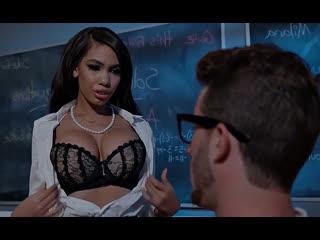 ПОРНО -- ЕЙ 28 -- УЧИТЕЛЬНИЦА ПОКАЗЫВАЕТ СИСЬКИ УЧЕНИКУ -- latina porn sex --  Gia Milana