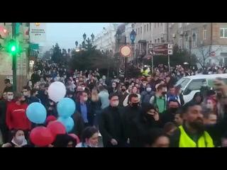 Хабаровск - митинг 21 апреля люди ходят по улице и площади в центре города