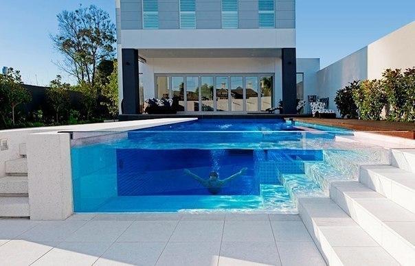 Стеклянный бассейн  Поплавали бы?