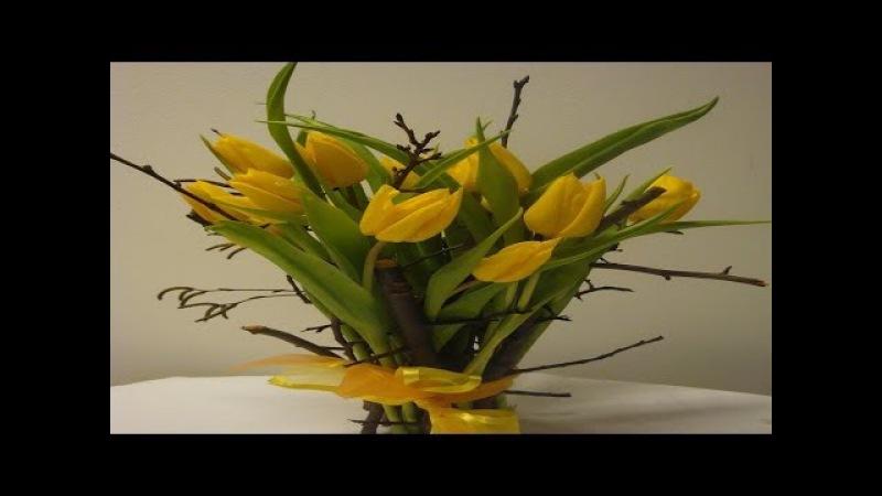 Blumenstrauß binden Stehstrauß mit quietsch frische Tulpen