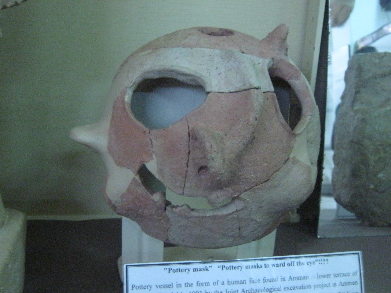 Древний сосуд в форме человеческого лица