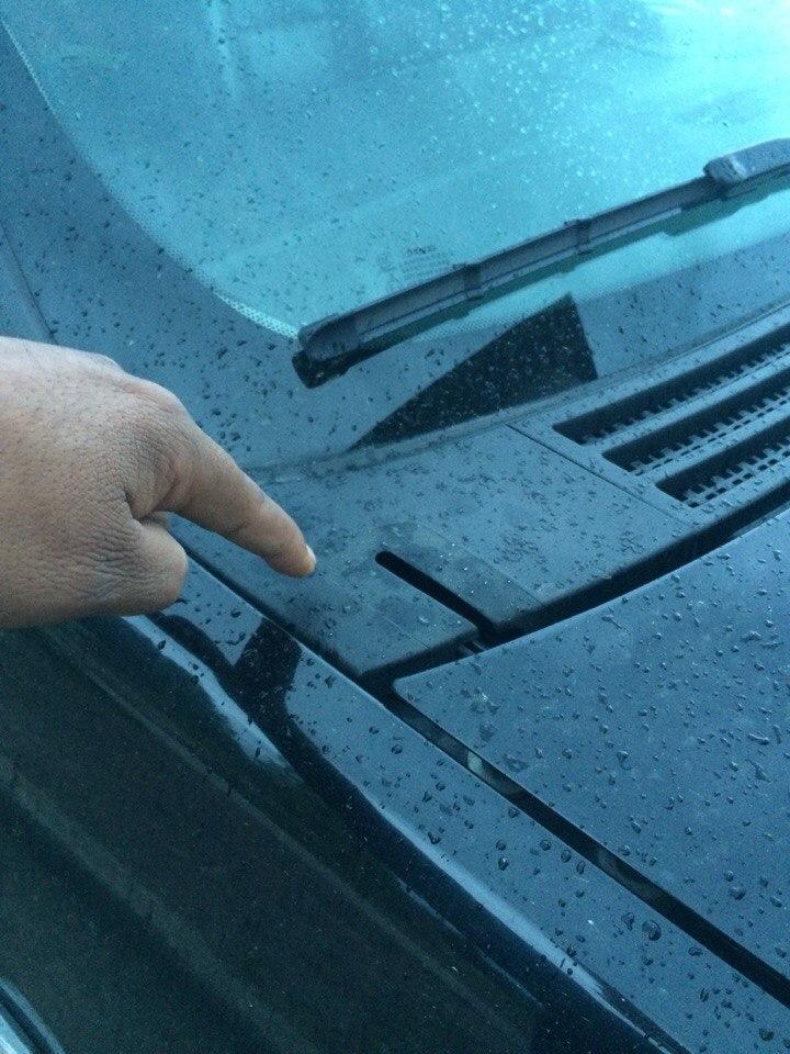 Подскажите пожалуйста срочно при скорости от 100км/ч в районе лобового стекла какойто треск появляеться.