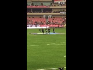[FANCAM] 160110 Посреди поля футбольного поют Айкон APOLOGY