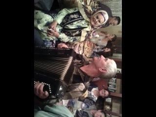 Наша мама поет на свадьбе внука Ильшата. Ей 88 лет.