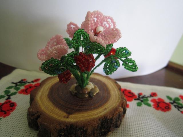 Как сделать очень красивый цветок из бисера для сувенира Клубничка