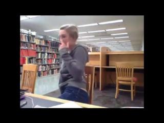 Блондинка в библиотеке показывает сиськи и немного тискает киску ( hd 720 Домашнее порно Фильмы Anal Home Прон Минет Анал Прогло