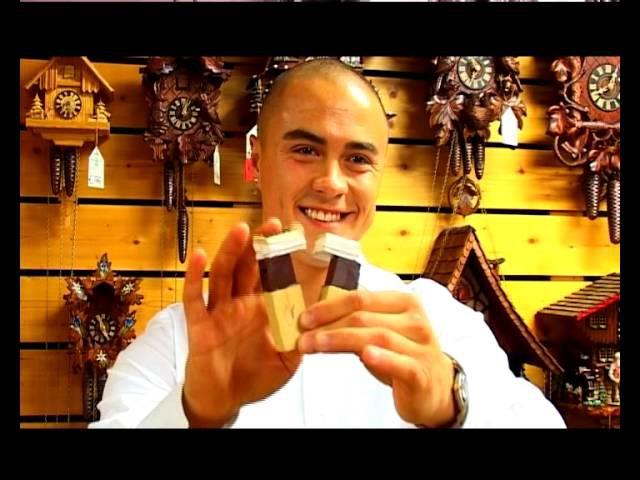 Дмитрий Воздвиженский изучает часы с кукушкой