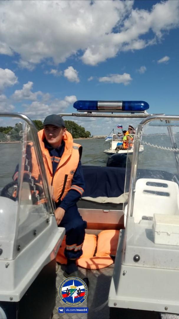 В День ВМФ бывшие рыбаки застряли на лодке в Обском море