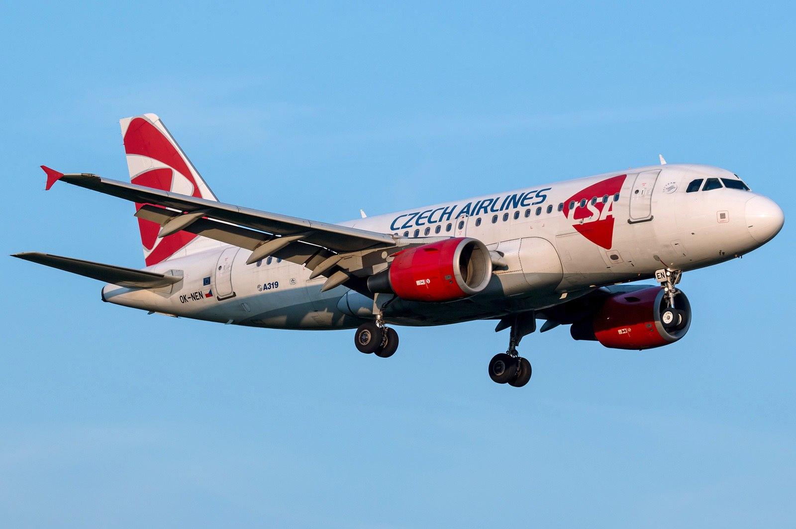 Airbus A319 национального перевозчика Чехии заходит на посадку