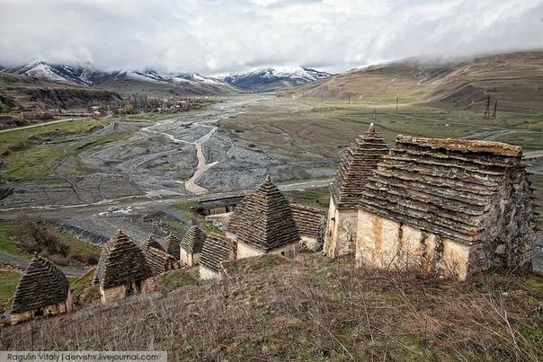Даргавс, Северная Осетия. Этот город мертвых скрыт в одном из пяти горных хребтов, которые пересекают область. Среди местных жителей ходит множество мифов и легенд, и все они сводятся к тому,