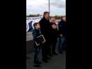 Алексей Ишутин вручает Николаю Мневу благодарность от Мутко и т д
