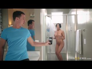Сын снял на телефон голую маму в душе