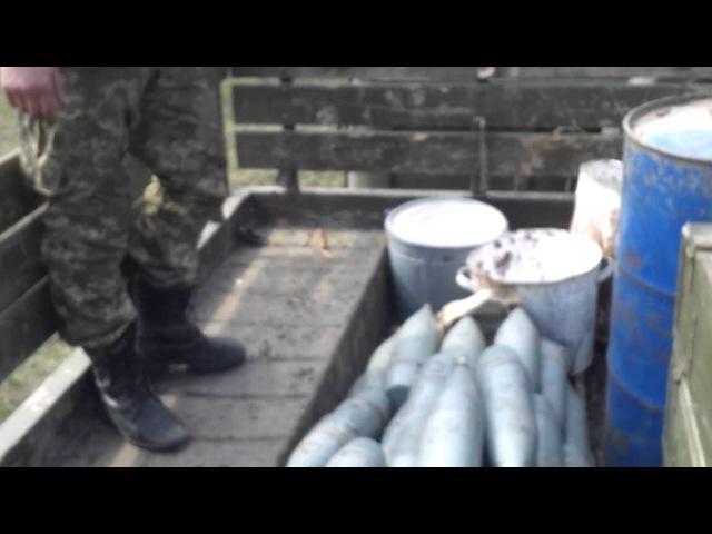 Солдаты ВСУ разгружают снаряды