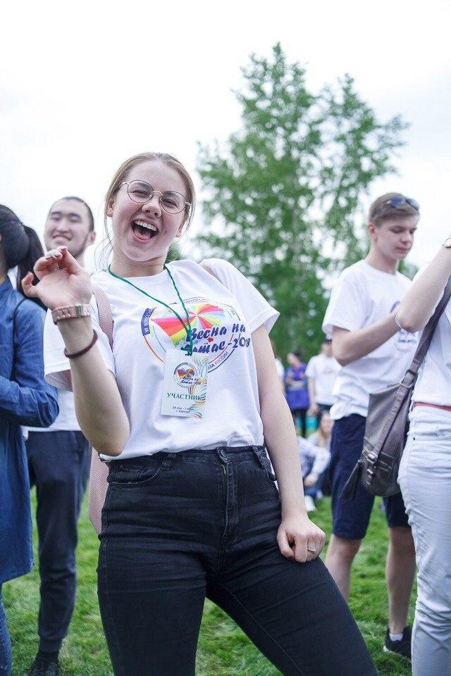 Забавы русских студенток, свалке щупает