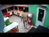 В Саратове голый мужик забежал в кафе и устроил дебош (жесть)