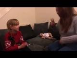 Трогательное видео, как глухонемая девочка узнаёт, что она скоро станет старшей сестрой