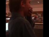 Криштиану Роналду целует девочку, которая спела в самолёте
