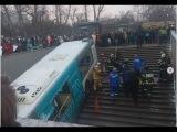 Видео наезда автобуса на людей в подземном переходе  в Москве  метро Славянский  ...