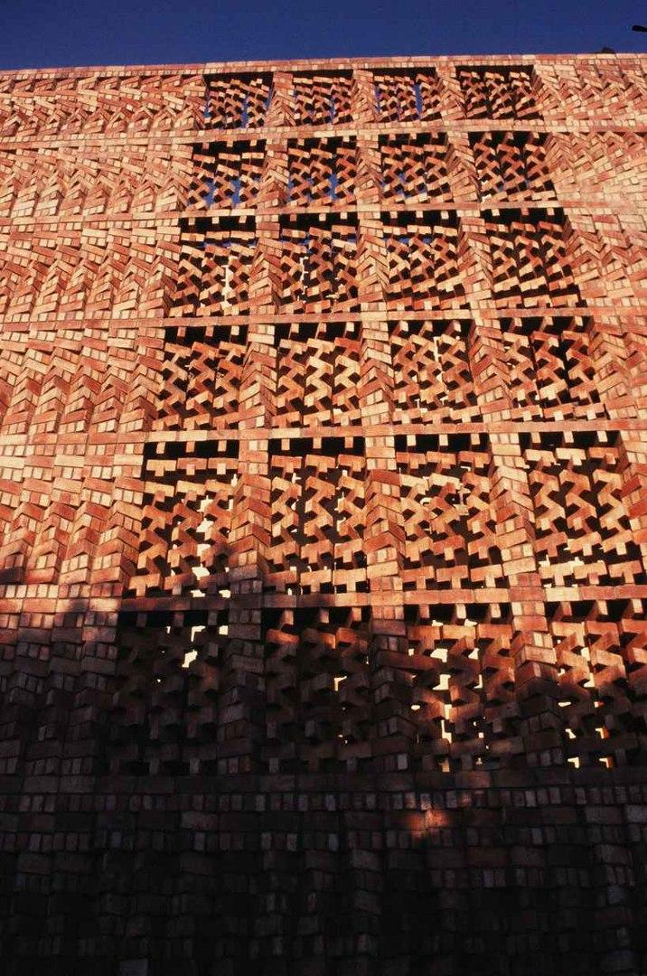 Красивая кладка на фасаде здания SAHRDC в Нью-Дели