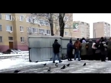 Московская обл., г.Шатура. Люди, которые не выглядят бездомными, выстраиваются в очередь за просроченными продуктами!