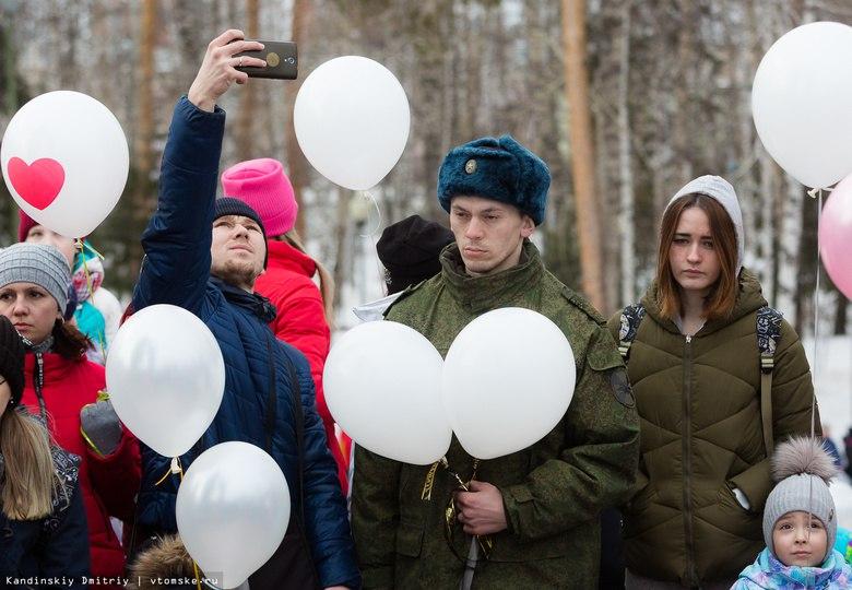 Томичи запустили в небо воздушные шары в память о погибших в ТЦ Кемерово