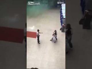 Девушка полицейский переоделась в медсестру что бы обезвредить преступника