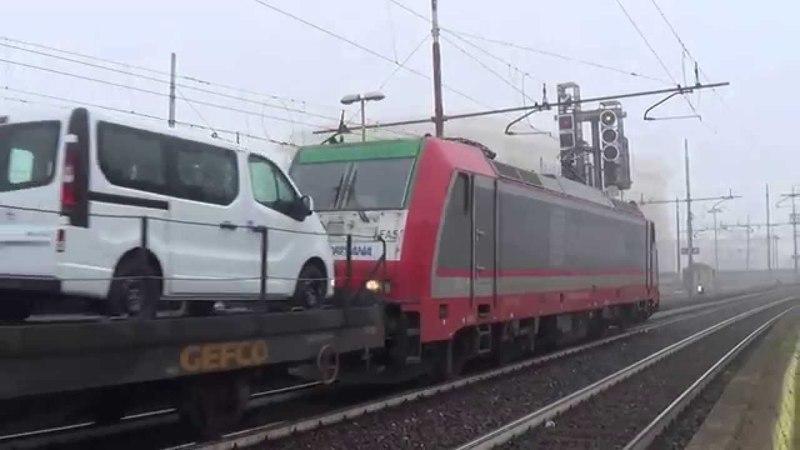 E483.031 FAS SANGRITANA con merci di furgoni Peugeot e Opel