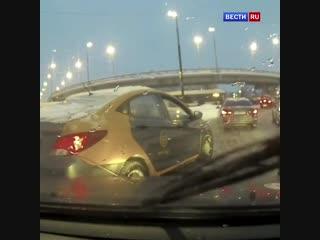 Оскорбленный водитель каршеринга разбил стекло в машине петербуржца.
