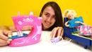 Barbie ve Sevcan dikiş makinesi ile yastık dikiyorlar