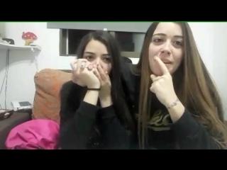 Девушки-лесбиянки целуются перископ (1)