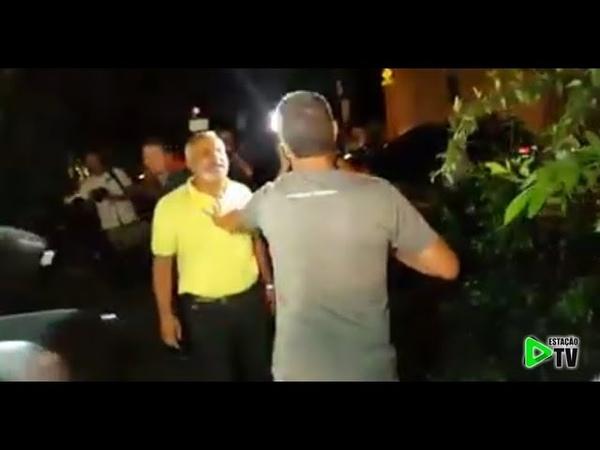 Homem zoa lulistas e é empurrado até bater com a cabeça no caminhão