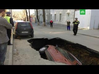 Автомобиль ушел под землю в Ростове-на-Дону