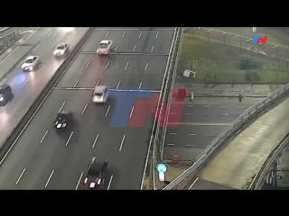 El momento en el que el auto que iba a 170 km_h voló por la autopista
