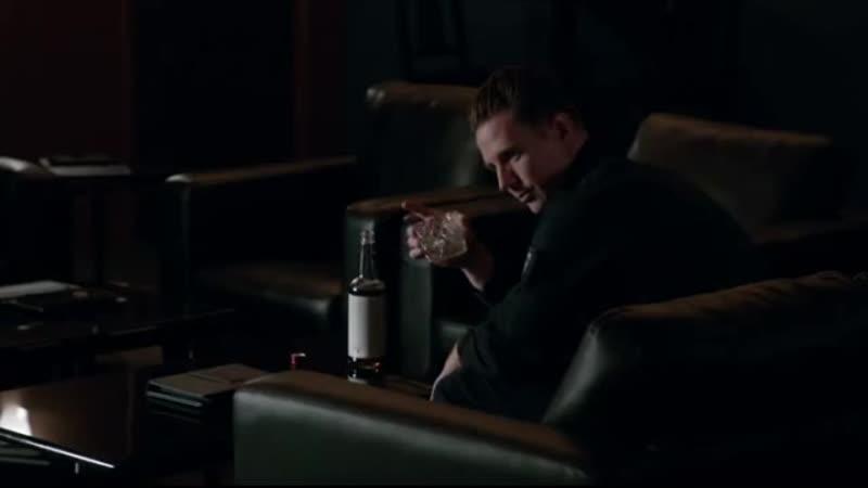 4.05 Чейз красиво пьет в одиночку и борется с угрызениями совести и совесть в лице Мейджора указывает ему верный путь